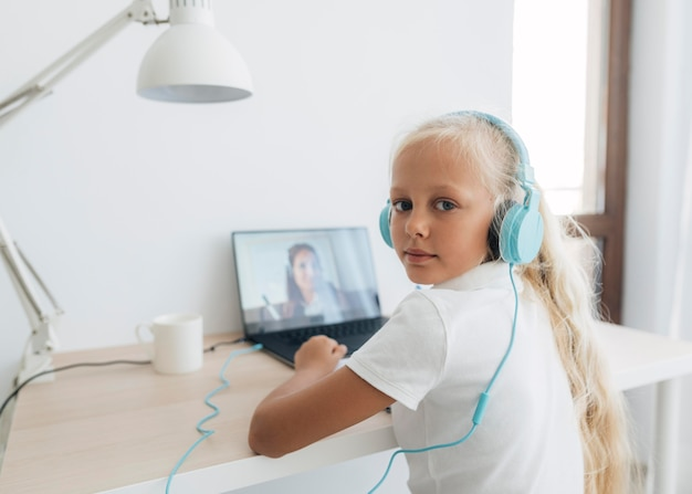 Jong meisje dat online studeert