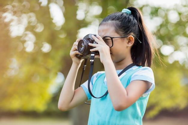 Jong meisje dat op een foto van camera klikt