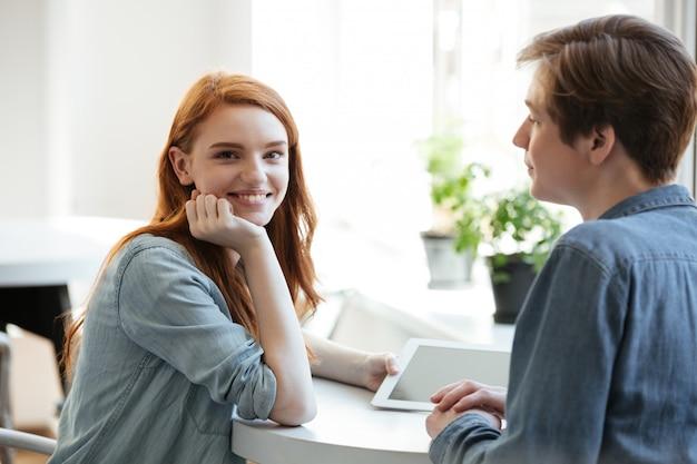 Jong meisje dat pret met haar vriend heeft