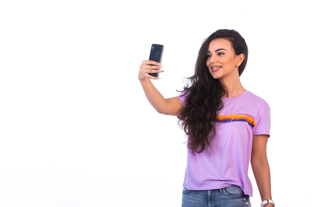 Jong meisje dat selfie neemt of een videogesprek voert.