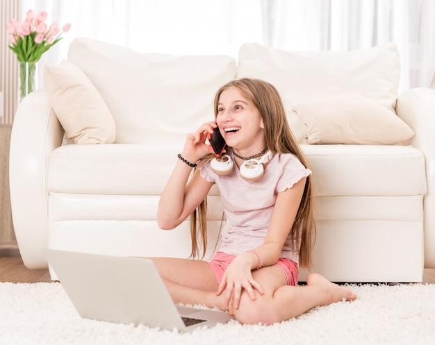 Jong meisje dat telefoneert
