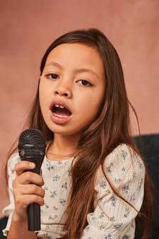 Jong meisje dat thuis leert zingen