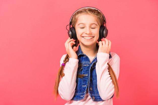 Jong meisje dat van de muziek geniet