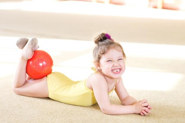 Jong meisje doet gymnastiek.