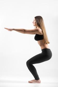 Jong meisje doet squat