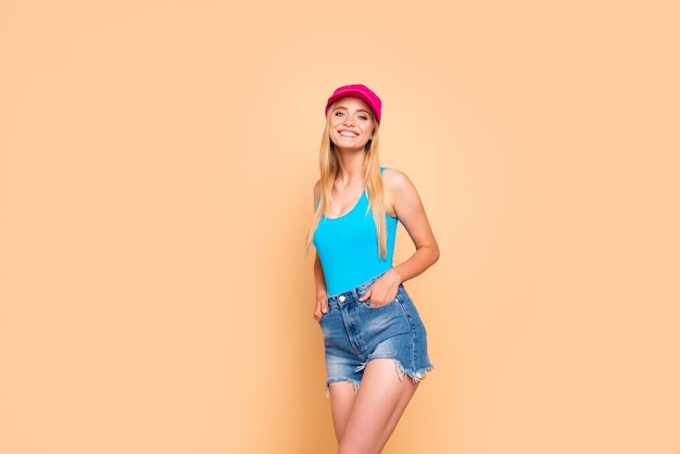 Jong meisje dragen casual jeans broek roze pet houden dient zakken in