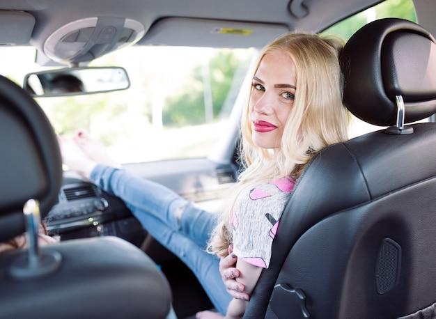 Jong meisje drie die in een auto reizen
