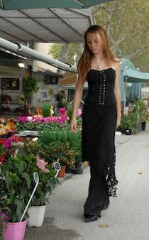 Jong meisje en bloemist winkel