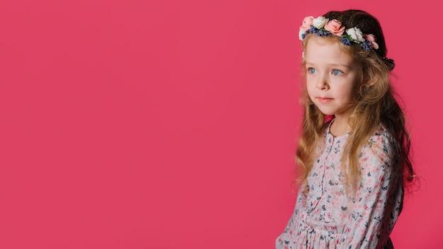 Jong meisje en copyspace
