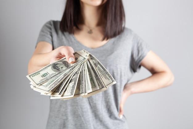 Jong meisje geeft dollarbiljetten
