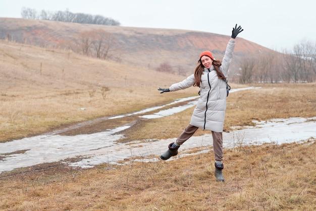 Jong meisje gelukkig in bergen met prachtig berglandschap