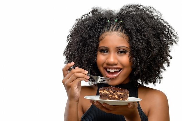 Jong meisje glimlachend terwijl ze een dessert italiaanse strotaart vasthoudt, geïsoleerd op een witte achtergrond