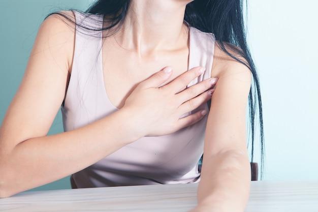 Jong meisje heeft pijn op de borst