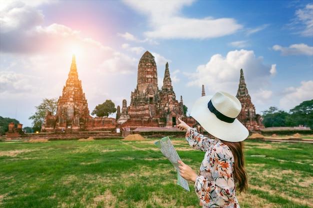 Jong meisje in ayutthaya historical park, wat chaiwatthanaram boeddhistische tempel in thailand.