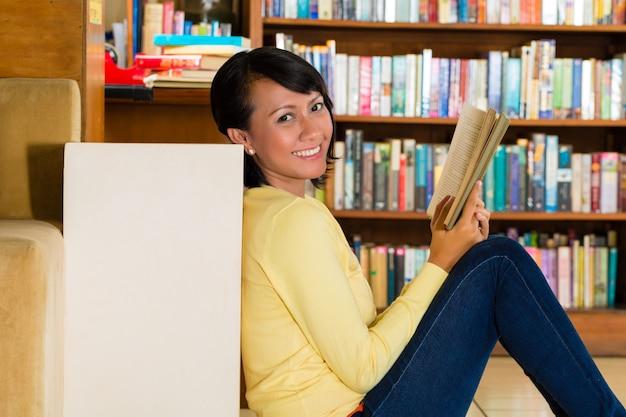 Jong meisje in bibliotheek leesboek