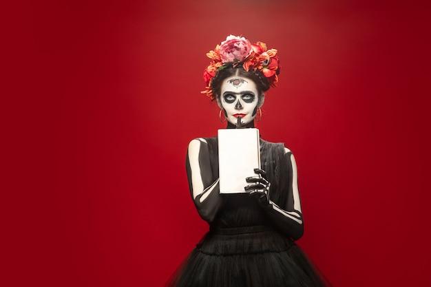 Jong meisje in de afbeelding van santa muerte, saint death of sugar skull