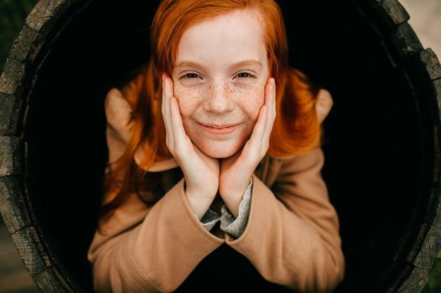 Jong meisje in een houten vat Premium Foto