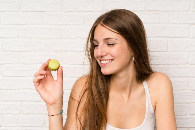Jong meisje in een keuken met makarons