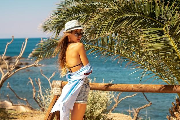 Jong meisje in een tropische stad