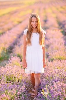 Jong meisje in een veld van lavendelbloemen