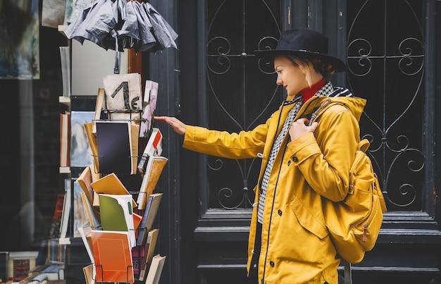 Jong meisje in europese stad toerist is sightseeing in oude straten van ljubljana slovenië
