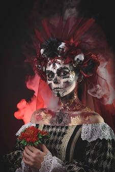Jong meisje in het beeld van santa muerte