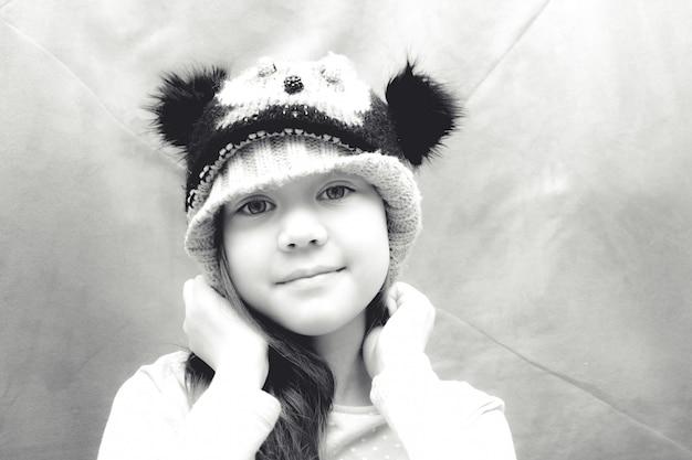 Jong meisje in hoed