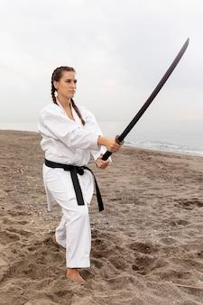 Jong meisje in karate outfit training