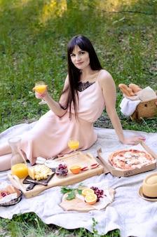 Jong meisje in park met sap, zomerpicknick in park. ontspannend concept