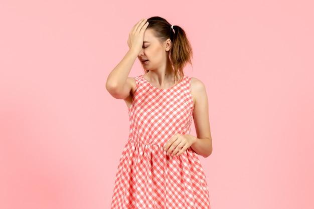 Jong meisje in schattige roze jurk op roze