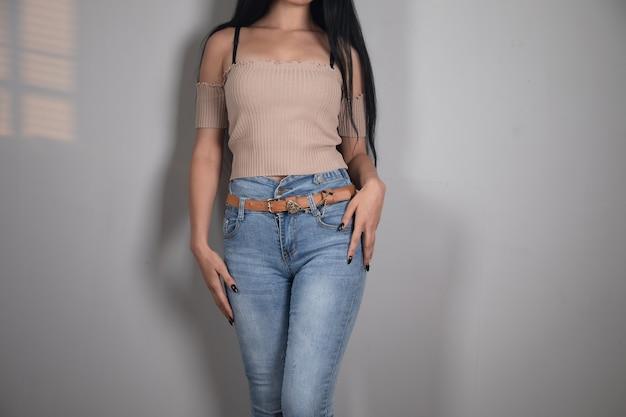 Jong meisje in spijkerbroek poseren