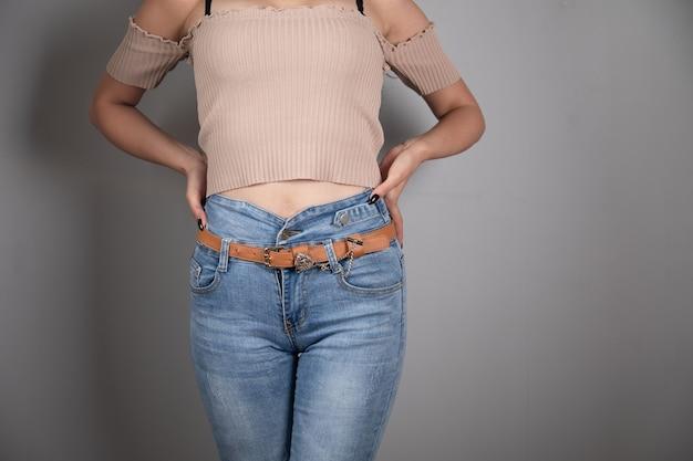 Jong meisje in spijkerbroek poseren Premium Foto