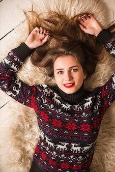 Jong meisje in sweater met herten op kerstmis
