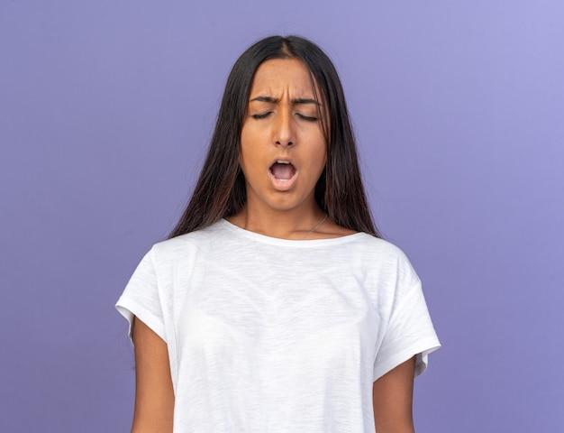 Jong meisje in wit t-shirt schreeuwen met gefrustreerde uitdrukking