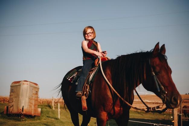 Jong meisje is genieten van een paardrijden