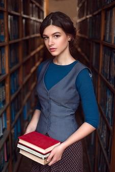 Jong meisje kiest boeken om te lezen.