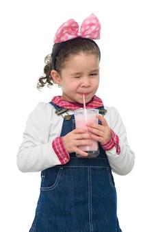 Jong meisje knipogen met aardbei milkshake