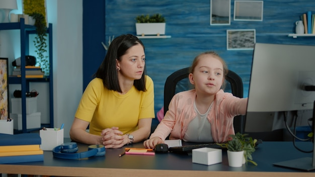 Jong meisje krijgt hulp bij huiswerk van moeder