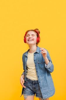 Jong meisje luisteren muziek