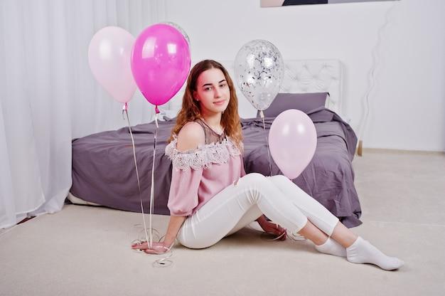 Jong meisje met ballonnen op gesteld bed