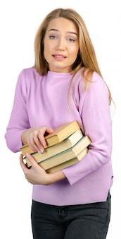 Jong meisje met boek dat op een wit wordt geïsoleerd