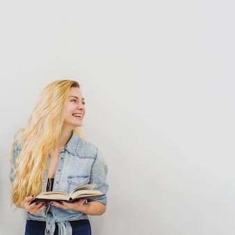 Jong meisje met boek lachen
