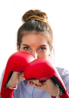 Jong meisje met bokshandschoenen