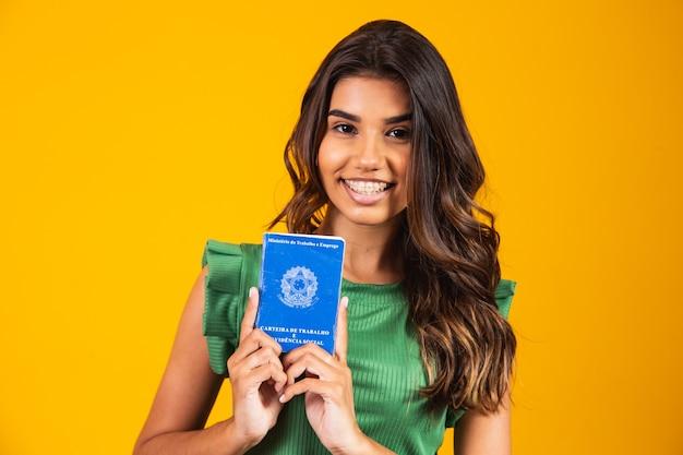 Jong meisje met de braziliaanse werkkaart