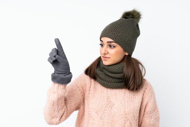 Jong meisje met de winterhoed over geïsoleerd wit wat betreft op het transparante scherm