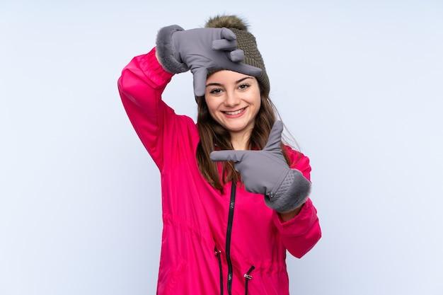Jong meisje met de winterhoed