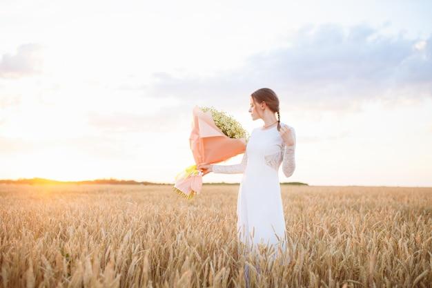 Jong meisje met een boeket bloemen