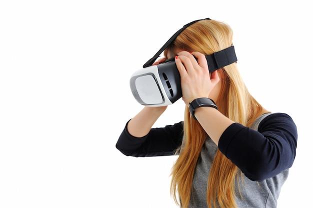 Jong meisje met een bril van virtual reality op wit