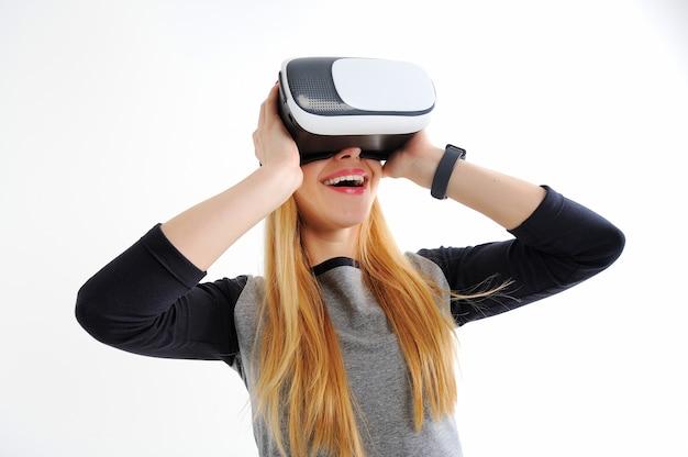 Jong meisje met een bril van virtual reality