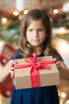 Jong meisje met een cadeautje